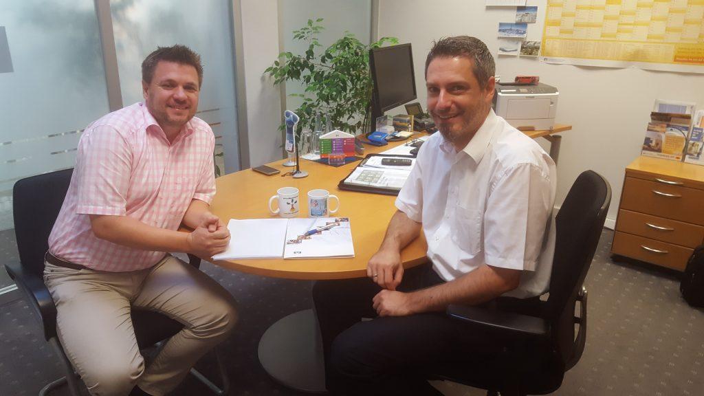 Steffen Zoppelt von Dr. Klein (links) und Oliver Maier von Volksbank-Goeppingen (rechts)